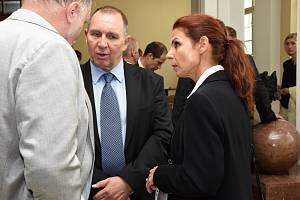 Manželé Kateřina a Petr Kottovi u soudu v červnu 2019.