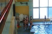 V rohu plaveckého krytého bazénu pod ochozem monitoruje dění, ve vodě i na suchu, internetová kamera