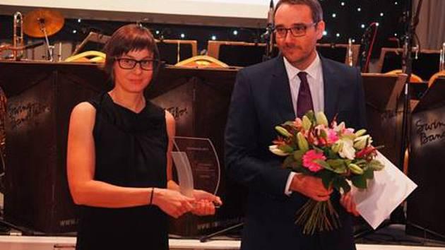 Vedoucí Vodního domu Tereza Ptáčková přebírá ocenění v soutěži DestinaCZe 2017.