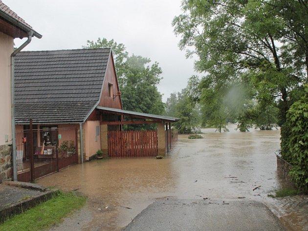 Rozvodněná Sázava v Nespekách.