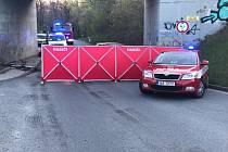 Lidský život si ve středu ráno vyžádala nehoda osobního auta u obce Strančice na Praze-východ. Krátce před šestou ranní osobní auto jedoucí po silnici II/107 narazilo do mostního pilíře.