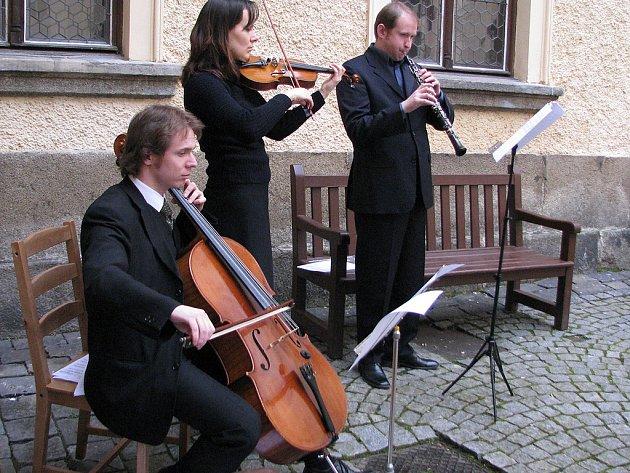 Žádná reprodukovaná hudba, na nádvoří zahráli živí muzikanti.