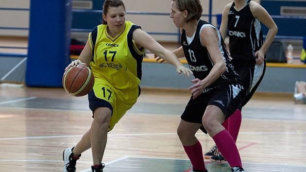 Benešovská nejlepší střelkyně Martina Mazurová (ve žlutém) se prodírá strakonickou obranou.