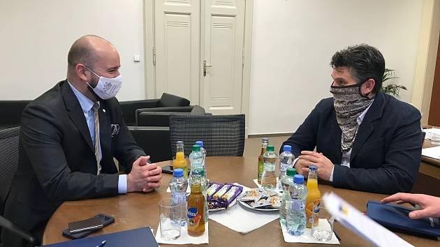 Z jednání krajského radního pro oblast vzdělávání a sportu Milana Váchy (vpravo) s mimořádným a zplnomocněným velvyslancem ČR v Maďarsku Tiborem Bialou.