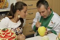 Kulinářský olympijský vítěz Luděk Procházka při kurzu carvingu.