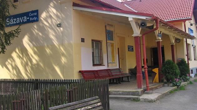 Z názvu stanice Sázava byly vypuštěné Černé Budy.