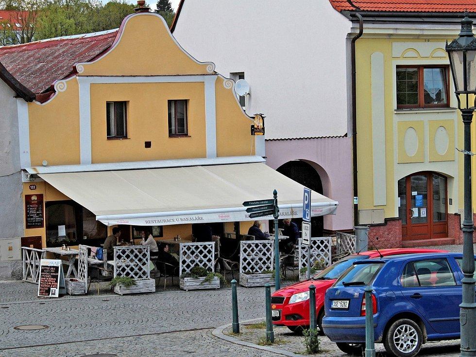 Zahrádka restaurace U Bakaláře na Žižkově náměstí ve Vlašimi.