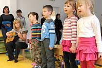 Zpívání dětí U kohouta Sedmipírka v benešovské MŠ v Dukelské ulici.