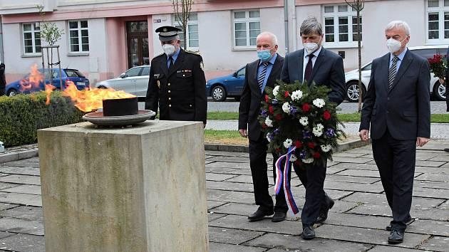 Vzpomínková akce u pomníku obětem válek před benešovským gymnáziem.