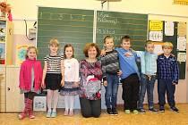 Prvňáčci z Olbramovic s třídní učitelkou Alenou Typtovou ve školním roce 2019/2020.