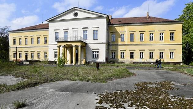 Dolní zámek v Panenských Břežanech na snímku z 23. dubna 2019.