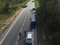 Nehoda nákladního vozidla s osobním automobilem se stala u Bystřice.