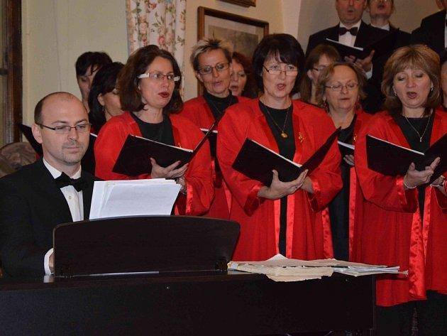 Pražský Smíšený Sbor pod vedením dirigenta Jiřího Petrdlíka zahájil 1. prosince sérii již tradičních adventních koncertů na zámku Jemniště.