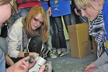 Sedmáci ze ZŠ Dukelská dostali novou hračku - mikroskop.