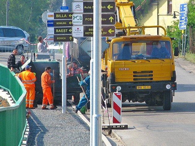 Hodějovského ulice od mostu přes trať ke křižovatce se Sukovou ulicí je neprůjezdná.