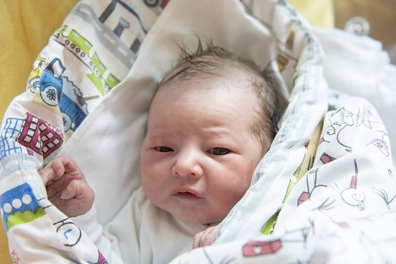 Damián Chmelík se narodil v nymburské porodnici 21. července 2021 v 16.53 hodin s váhou 3260 g a mírou 48 cm. Z prvorozeného chlapečka se raduje maminka Veronika a tatínek Martin.