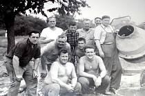 Bukovany. Fotografie party brigádníků při stavbě nové hasičské zbrojnice v polovině 70. let.