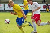 Dominik Němec (ve žlutém) trápil svou rychlostí táborské obránce.