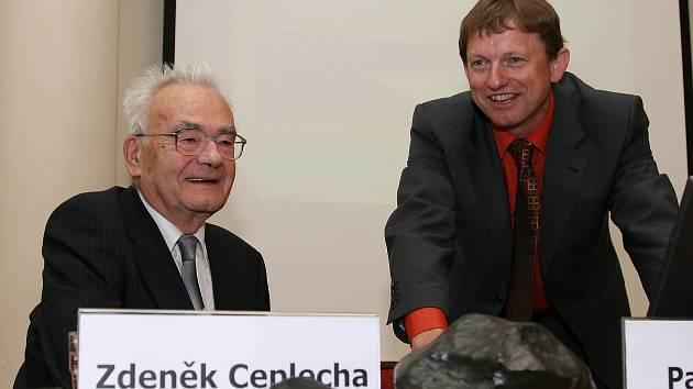 na snímku Dr. Zdeněk Ceplecha (vlevo) a jeho nástupce Dr. Pavel Spurný s meteority při 50. výročí pádu Příbramských meteoritů - rok 2009