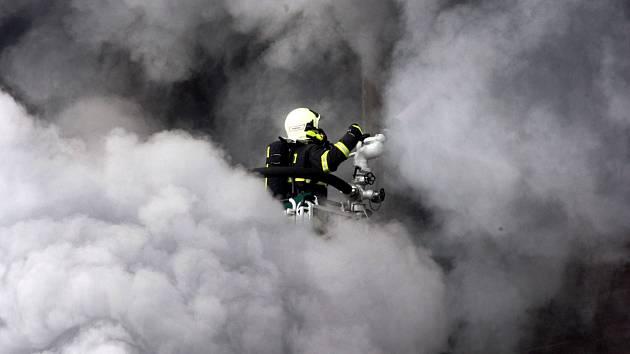 Práce hasičů patří k nejnáročnějším.