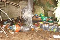 """Benešovská mateřská škola Čtyřlístek má k ekologické výchově """"názornou"""" pomůcku. Odpadky na trávníku přímo v areálu"""