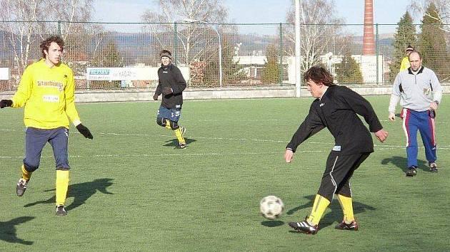 Benešovský Petr Šmejkal odehrává míč před přibíhajícím poříčským Martinem Říhou.