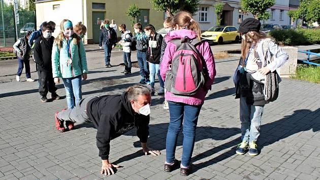 Motivátorem je v Základní škole Jiráskova v Benešově také ředitel Petr Šedivý. Na snímku to vypadá, že předvádí, jak se dělají správě kliky. Ve skutečnosti ale žákům originálním způsobem ukazoval správné rozestupy.