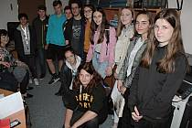 Členové týneckého kroužku Mladý žurnalista na návštěvě v redakci Benešovského deníku.