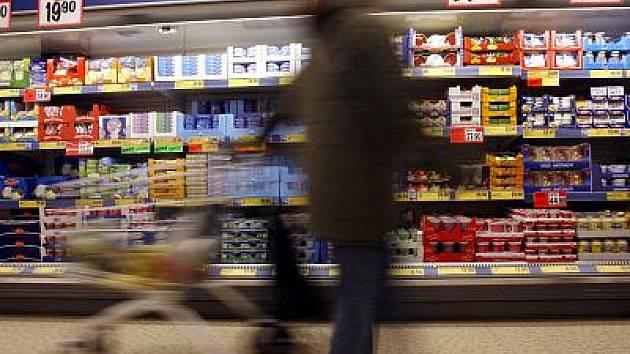 Doplňování zboží v supermarketech.