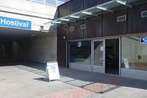 Pokladna funguje v Hostivaři na začátku podchodu pod nádražím.