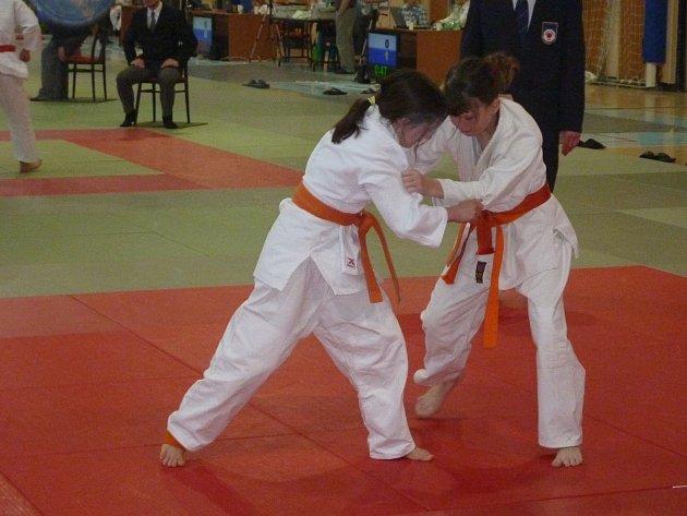 Andrea Maršíčková (vpravo) se připravuje na na chvat v rozhodujícím zápase o první místo.