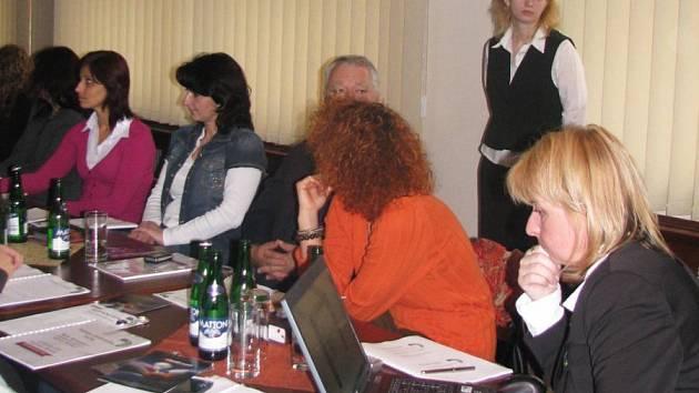 V S–centru se představoval plán brožury Posázaví 2009