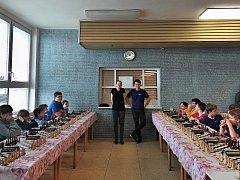 Patnáctý turnaj Šachové školy STAMAT. Anežka Vlková a František Helebrand před zahájením simultánky.