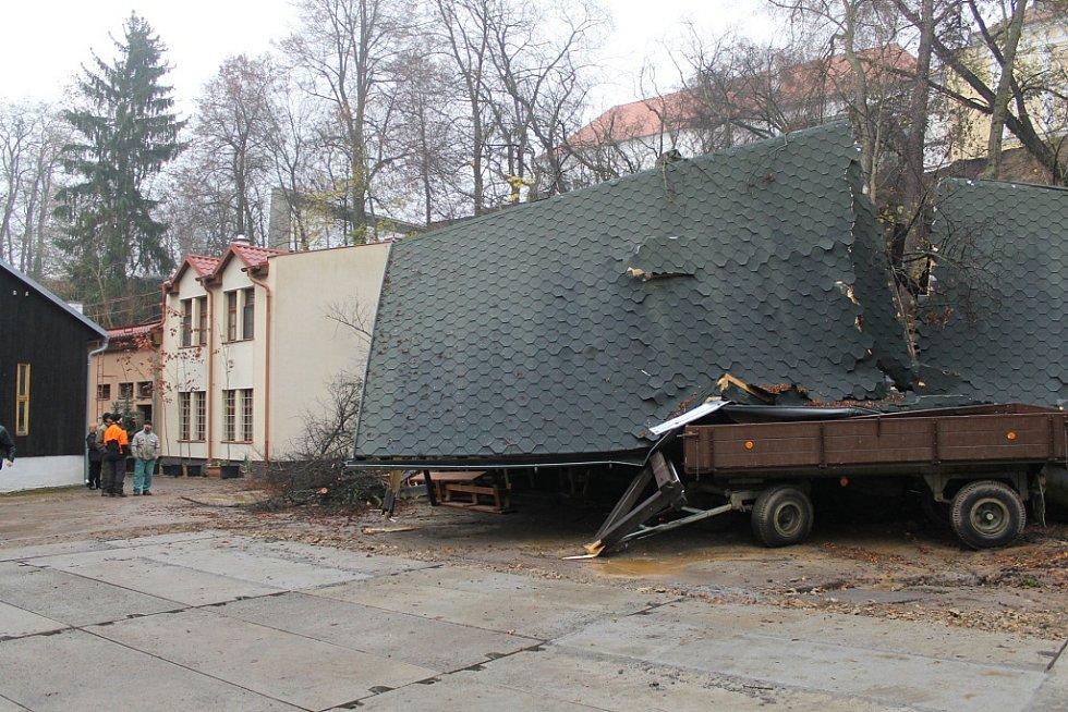 Sesuv půdy u letního kina v zámeckém parku ve Vlašimi.