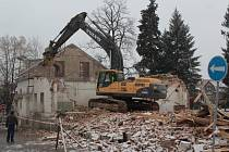 Demoliční práce v Táborských kasárnách v Benešově.