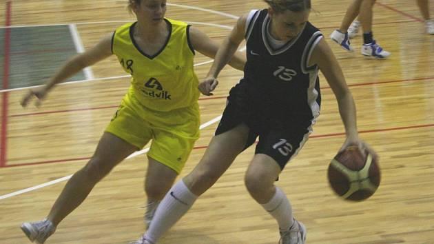 Ženy vyhráli. Benešovská Iveta Škvorová (vlevo), autorka deseti bodů, stíhala ve vítězném zápase brandýskou Tanglovou
