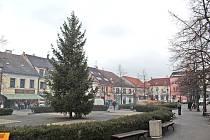 Vánoční strom na Masarykově náměstí v Benešově.