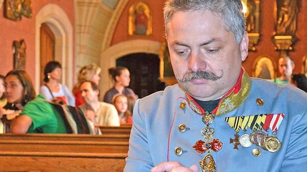 Milan Varták v roli Františka Ferdinanda v zámecké kapli na Konopišti.