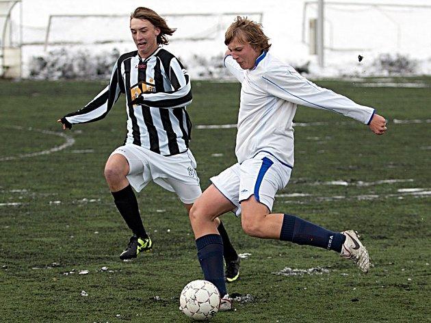 Benešovský mladší dorost si s chutí zastřílel do sítě Hořovicka. Tomáš Boťa (u míče) se ale gólově neprosadil.