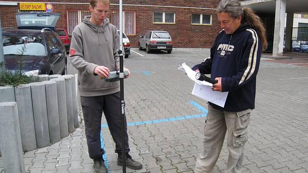 Základem dobrého fungování i oprav kanalizace je znalost, kudy potrubí vedou. Na snímku je zaměřování  kanalizace a vodovodu v ulici F. V. Mareše v Benešově pomocí systému GPS. Ten dokáže podle zadaných souřadnic najít místo s přesností pěti centimetrů.