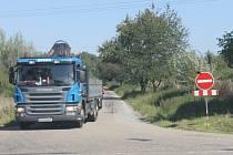 Přes Pomněnice jezdí jak osobní auta, tak nákladní i autobusy.