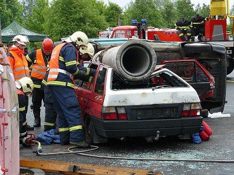 Votičtí hasiči předvedli, že mají v likvidací následků dopravních nehod praxi.