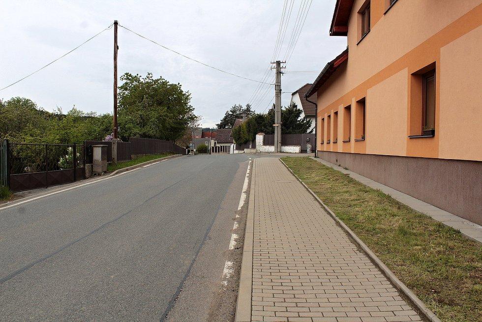 Zvěstovský DPS se šesti byty má stejnou barvu fasády, jako radnice na druhém břehu Návesního rybníka a stojí u hlavní silnice II/150.