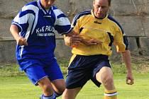 Týnecký Adam Bartůšek (v modrém) si kryje míč před poříčským Janem Stibůrkem.