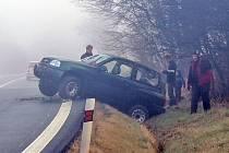 Osobní terénní vůz havaroval v sobotu ráno v husté mlze v kopci silnice I/18 mezi Olbramovicemi a Křešicemi.