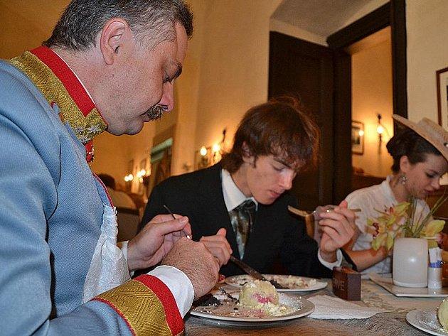 Na závěr pobytu Františka Ferdinada na Konopišti mu personál připravil oblíbené ovocné knedlíky.