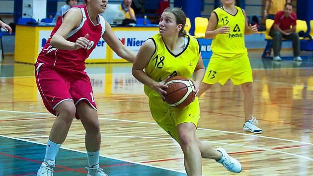 Benešovskou Ivetu Škvorovou (u míče) bránila Michaela Rybková z Frisco Sika Brno B.