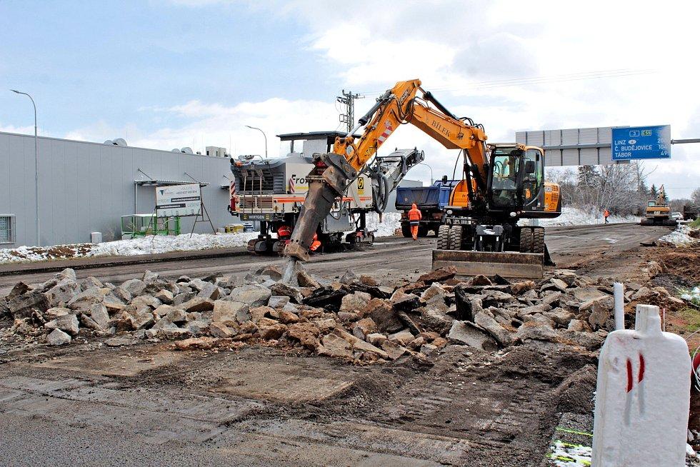 Stavba okružní křižovatky na benešovských Červených Vršcích ve třetí a závěrečné fázi.