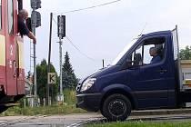 Železniční přejezd v Zahradní ulici v Čerčanech prochází rekonstrukcí, vyměňují se závory a světelná signalizace.