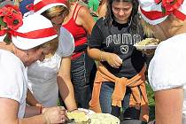 Mnoho účastníků se jezdí do Bedrče naobědvat, protože akce startuje v pravé poledne
